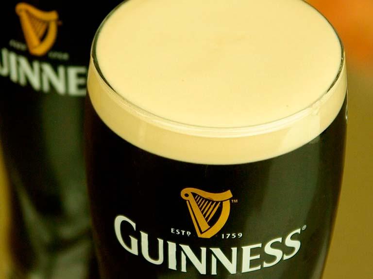 Ningún viaje a Dublín estaría completo sin una pinta de Guinness en un buen pub irlandés, y Doheny & Nesbitt es un excelente lugar para comenzar.
